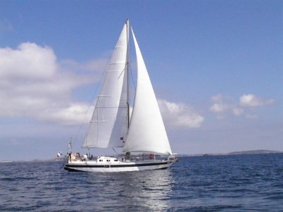 Tailana sous voile devant les îles Scilly